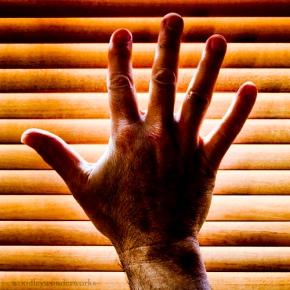 blinds_hands